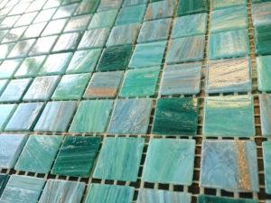 Плитка-мозаика на сетке: особенности выбора и работы с материалом