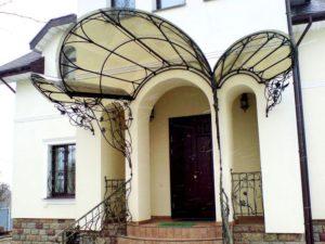 Козырек над входом: красивые и оригинальные варианты оформления