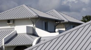 Особенности выбора и установки алюминиевой кровли для частного дома