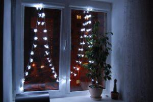 Как украсить окна гирляндами к Новому году?