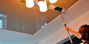 Как помыть матовый натяжной потолок без разводов?