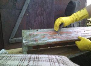 Как правильно снимать старую краску с дерева?