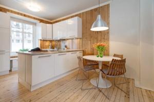 Вагонка на кухне: примеры оформления и отделки