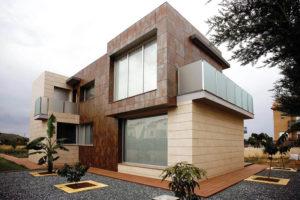 Красивые вентилируемые фасады из керамогранита: преимущества установки для загородных домов