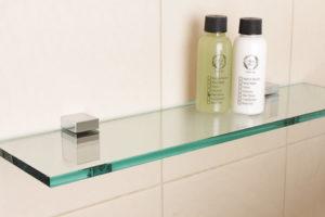 Стеклянные полки для ванной комнаты: советы по выбору и особенности размещения