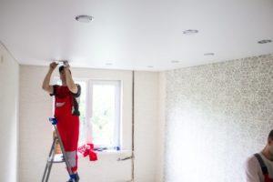 Особенности процесса ремонта натяжных потолков