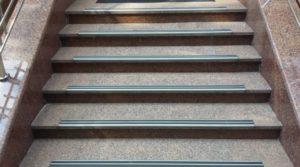 Накладки на ступени: разновидности и способы монтажа