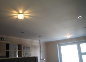 Одноуровневые потолки из гипсокартона в интерьере