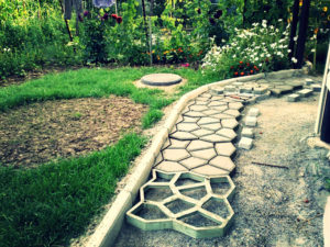 Как сделать садовые дорожки своими руками?