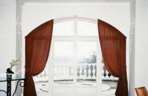 Шторы на двери и арки: разновидности и тонкости выбора