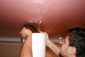 Как слить воду с натяжного потолка самому