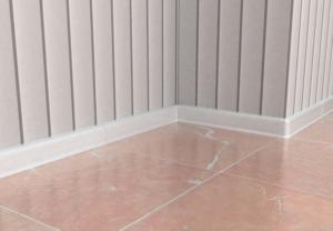 Напольные плинтуса для ванной комнаты: советы по выбору и правила монтажа