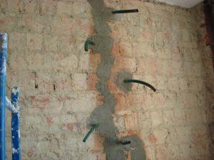 Как правильно заделать трещину в стене кирпичного дома?