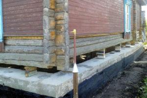 Замена и усиление фундамента под стоящим деревянным домом