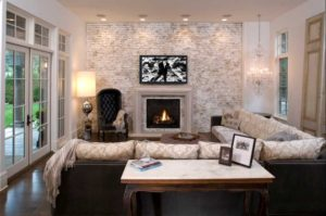 Оформление стены кирпичом в интерьере гостиной