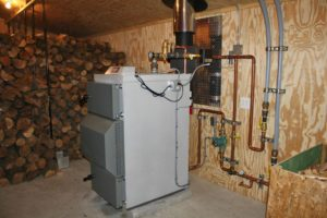 Котлы отопления для частного дома на дровах и электричестве: конструктивные особенности и преимущества