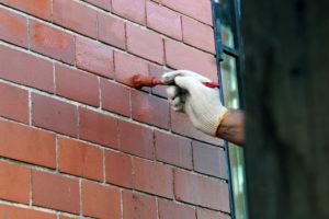 Чем покрасить кирпичную стену на балконе?