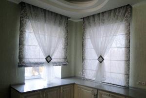 Оформление окна рулонными шторами и тюлем