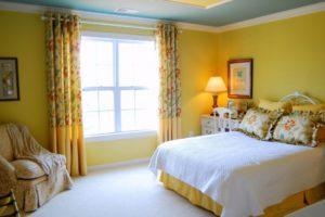 Желтые шторы: создаем позитивное настроение
