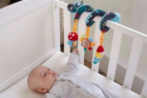 Игрушки на кроватку для новорожденных: виды и советы по выбору