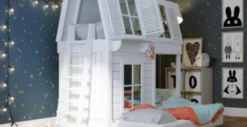 Двухъярусная кровать-домик в интерьере детской