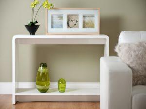 Приставной столик в интерьере комнаты