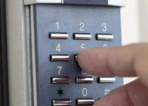 Кодовый замок на дверь: советы по выбору и эксплуатации