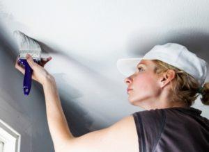 Как смыть побелку с потолка: способы и средства