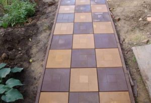 Тротуарная плитка на даче: разновидности форм и материалов