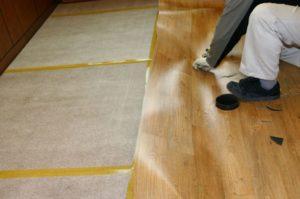 Как стелить линолеум на деревянный пол?