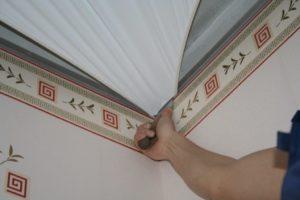 Что делать сначала – устанавливать натяжные потолки или клеить обои?