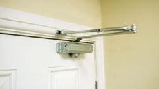 Особенности ремонта дверных доводчиков