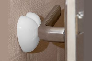 Для чего нужны фиксаторы для двери?