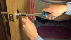 Ремонт дверных ручек: как починить фурнитуру и что для этого понадобится?