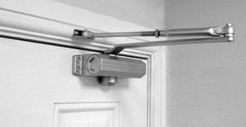 Доводчики на противопожарные двери: виды, выбор и требования
