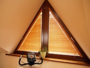 Подбираем шторы на треугольные окна